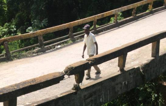 Reclaman reconstrucción de puente en Los Cacaos, San Cristóbal