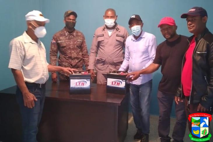 Alcalde entrega un juego de baterías al destacamento municipal de Los Cacaos